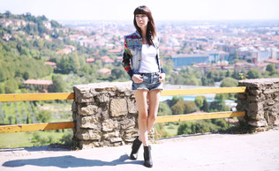 #ATYPICALPLACES: UN TOTAL LOOK DENIM IN STILE ETNICO