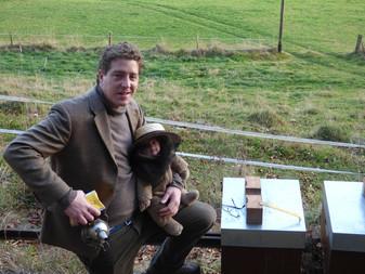 Première visite aux abeilles pour Ambroise, 3 mois, dans les bras de Papa.