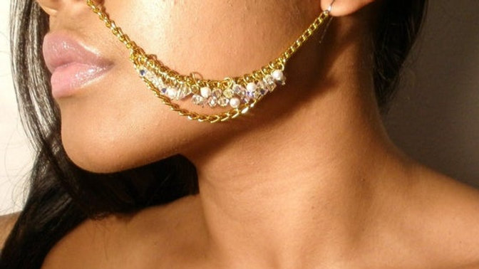 MOOI EAR TO NOSE CHAIN JEWELRY ( SWAROVSKI CRYSTAL & PEARL LUSTER CLUSTER )
