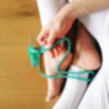 Een yoga mala ketting in een hand op voeen