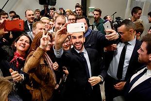 Populismo 58 - Macron Group Selfie.JPG.J