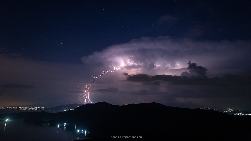 Κεντρική Εύβοια 08/08/2020 και ώρα 23:30, ο δεύτερος κατά σειρά καταστροφικός σωρειτομελανίας (Cumulonimbus cloud) δημιουργείται πάνω από το Μετόχι, τους Στρόπωνες και τα Κοτύλαια Όρη.