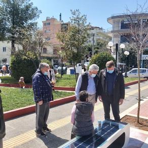 «Έξυπνα» ηλιακά παγκάκια στην πλατεία Αγίας Παρασκευής