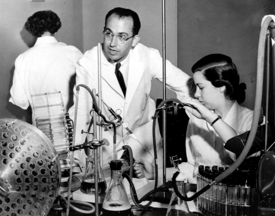 Jonas E. Salk oma laboratooriumis 1954. aastal assistendi Ethel J. Bailey'ga lastehalvatuse vaktsiini kallal töötamas.
