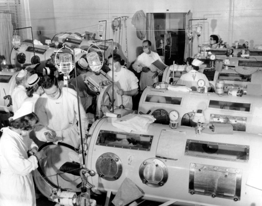 """Valvearstid ja hingamist abistavad """"raudkopsud"""" Haynesi Memoriaalhaiglas Bostonis (1955)."""