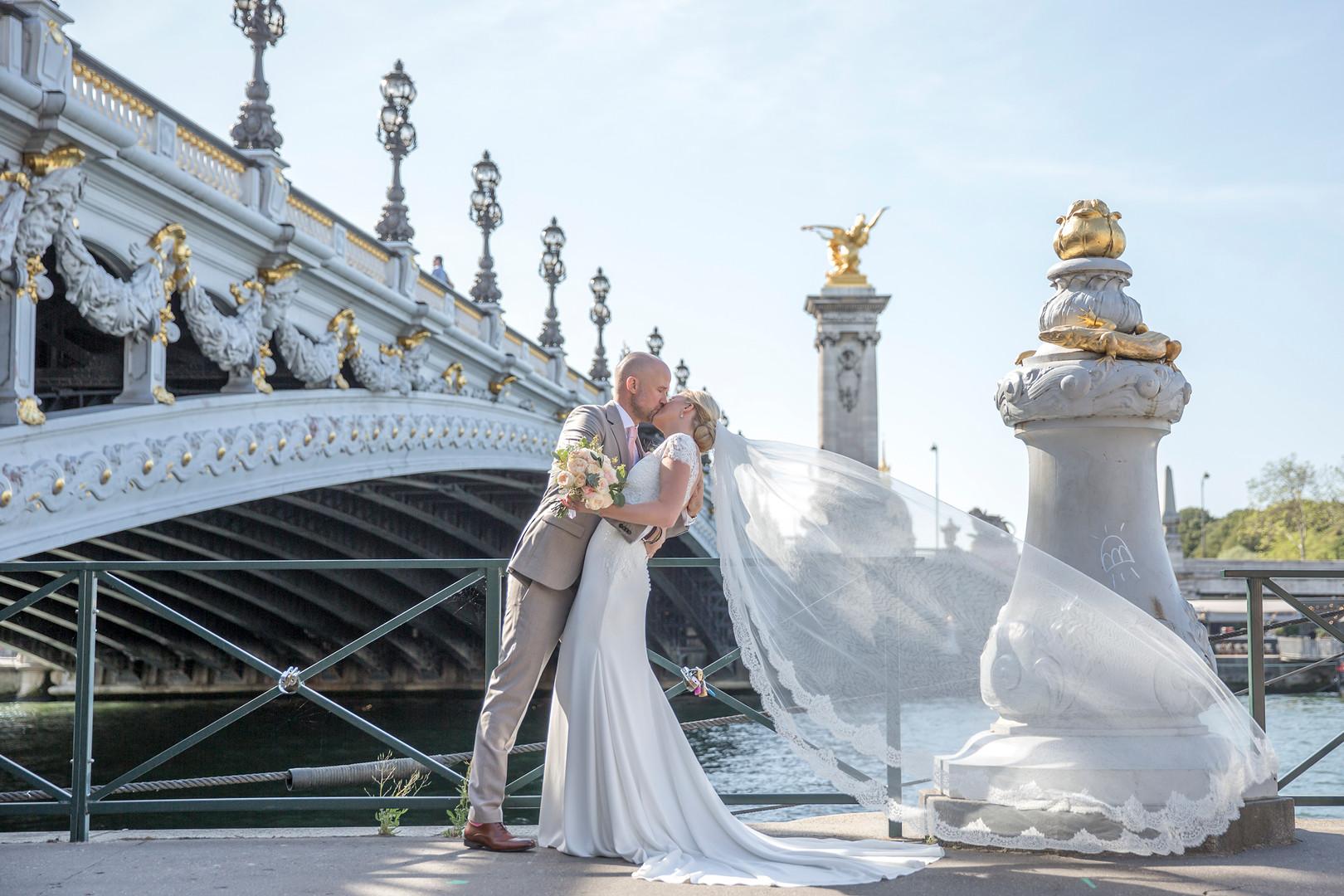 Wedding couple at Pont Alexandre III