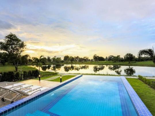 16_Pool overlooks the lake and stunning