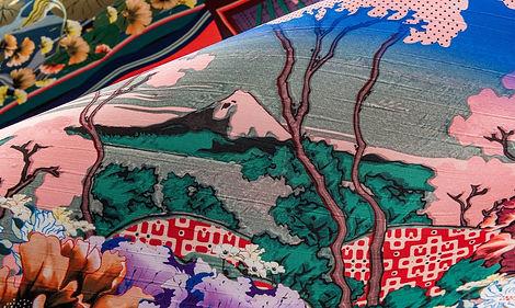 Tapet cu scene japoneze din matase,tapet multicolor,tapet inflorat,tapet Kami,tapet living,tapet cluj.jpg