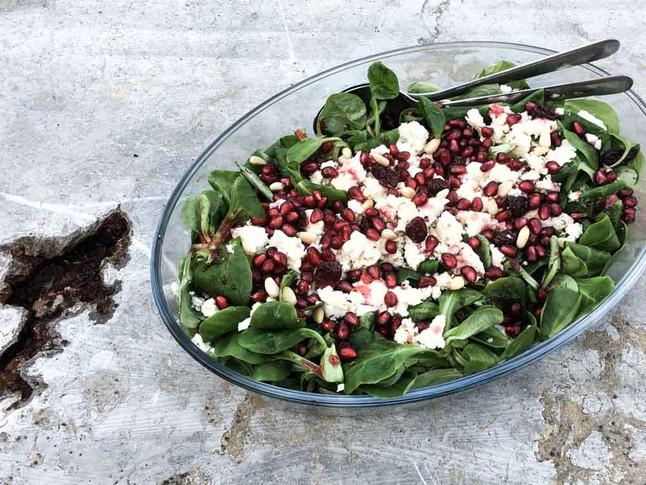 Sommerlicher Feldsalat mit Feta, Granatapfel und fruchtigem Dressing