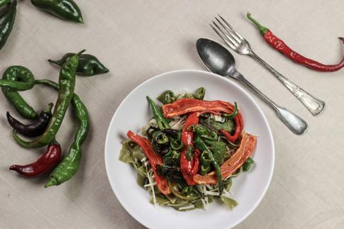 Grüne Nudeln mit Garten-Paprika und Parmesan