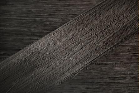 ヘアカラー  半永久的で永久的な髪の色を使用する場合、色素が皮質に沈着する前に、毛幹の外層であるキューティクルを開く必要があります。    アンモニアは、キューティクルを開き、髪の色を皮質に浸透させる化学物質です。  また、髪の色が過酸化物と混合されるときに触媒として機能します。    過酸化物は、酸化剤とも呼ばれる現像液です。  ほとんどのパーマネントカラーは、2段階のプロセスで機能します。    1つ目は元の色を取り除き、メラニンを脱色し、  2番目の段階で新しい色を沈着させます。    これが、開発時間を尊重することが非常に重要である理由です。  化学物質は、必要なときに機能するように完全にタイミングが調整されています。すぐにすすぐと、望ましい結果が変わります。  自然な髪が着色されると化学色素は皮質に永久的に結合します。  