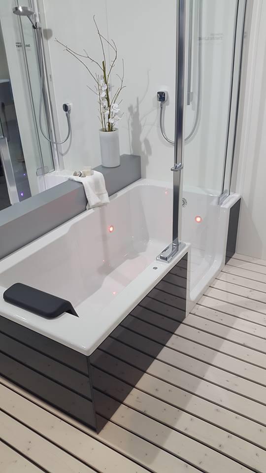 Badewanne_mit_Seiteneinstieg_für_Einstei