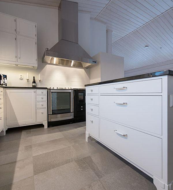 Uudisrakennuksen umpipuinen keittiö