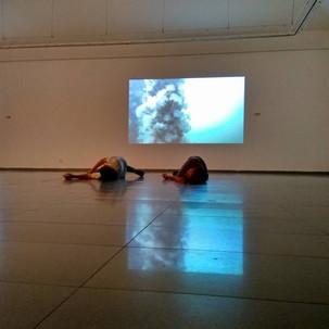 ענת דניאלי, מופע בתערוכה.jpg