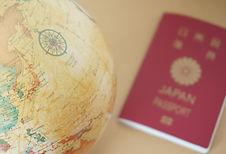 パスポートと地球儀.jpg
