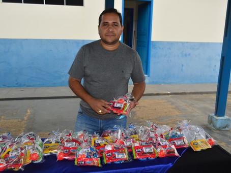 Prefeitura entrega kits para crianças assistidas pela Secretaria Municipal de Assistência Social