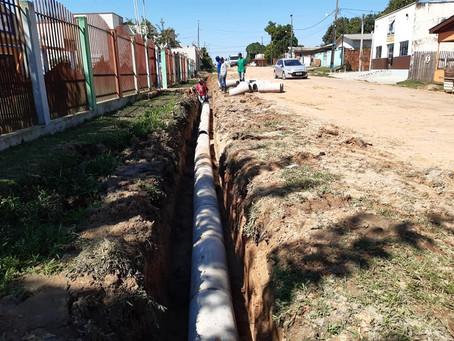 Prefeitura executa serviço de drenagem na Rua Manoel Gonsalves, no Bairro do Bosque