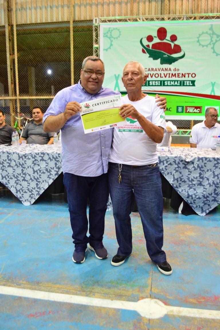 Seu Floriano, recebendo o certificado das mãos do prefeito Mazinho Serafim