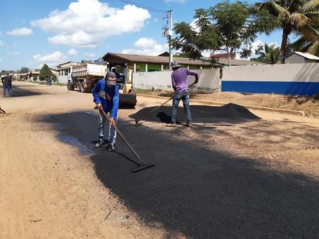 Mais um trecho da Rua Padre Egídio recebe pavimentação asfáltica e tapa buracos