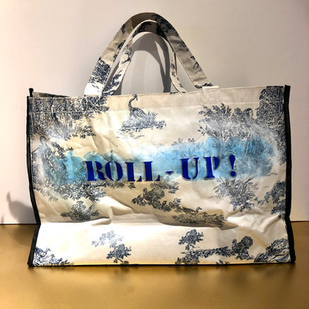 Climax, Roll-up! Huile et marqueurs sur sac en toile plastique, motif toile de Jouy. 35/52 cm, Exemplaire unique, signé