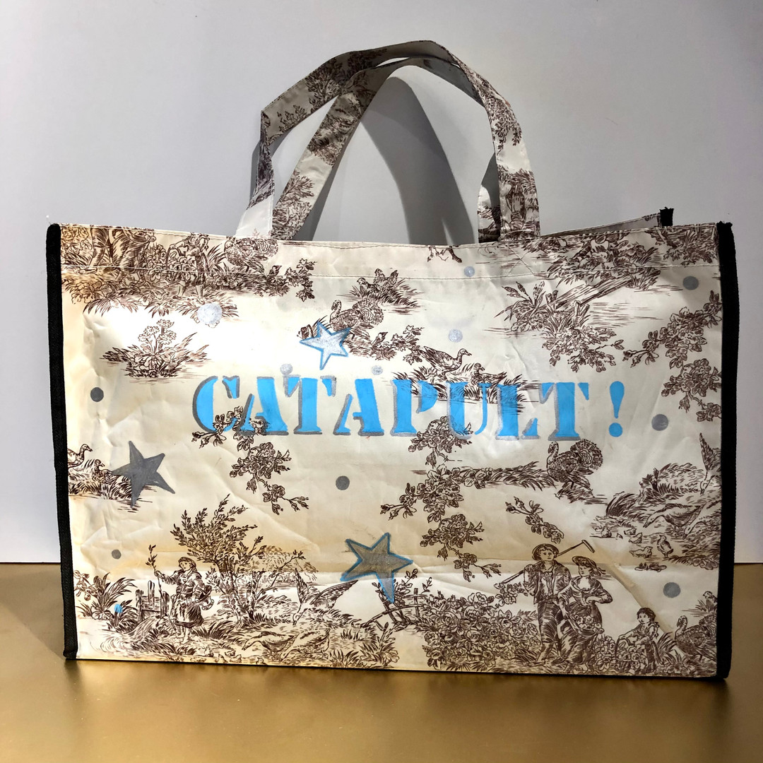 Matematico, Catapult! Huile et marqueurs sur sac en toile plastique, motif toile de Jouy. 35/52 cm, Exemplaire unique, signé