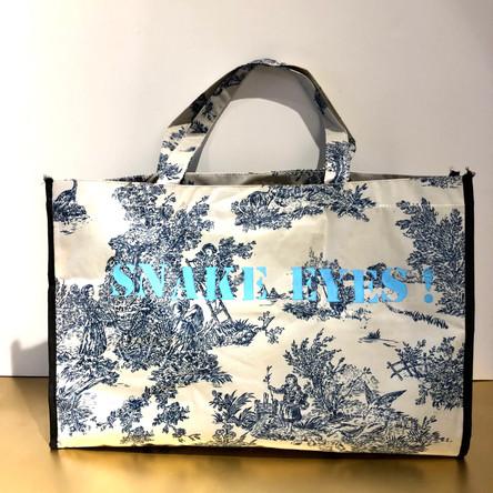 Black Jaguar, Snake eyes Huile et marqueurs sur sac en toile plastique, motif toile de Jouy. 35/52 cm, Exemplaire unique, signé