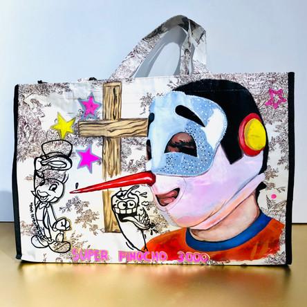 Super Pinocho 3000, Powerbomb! Huile et marqueurs sur sac en toile plastique, motif toile de Jouy. 35/52 cm, Exemplaire unique, signé