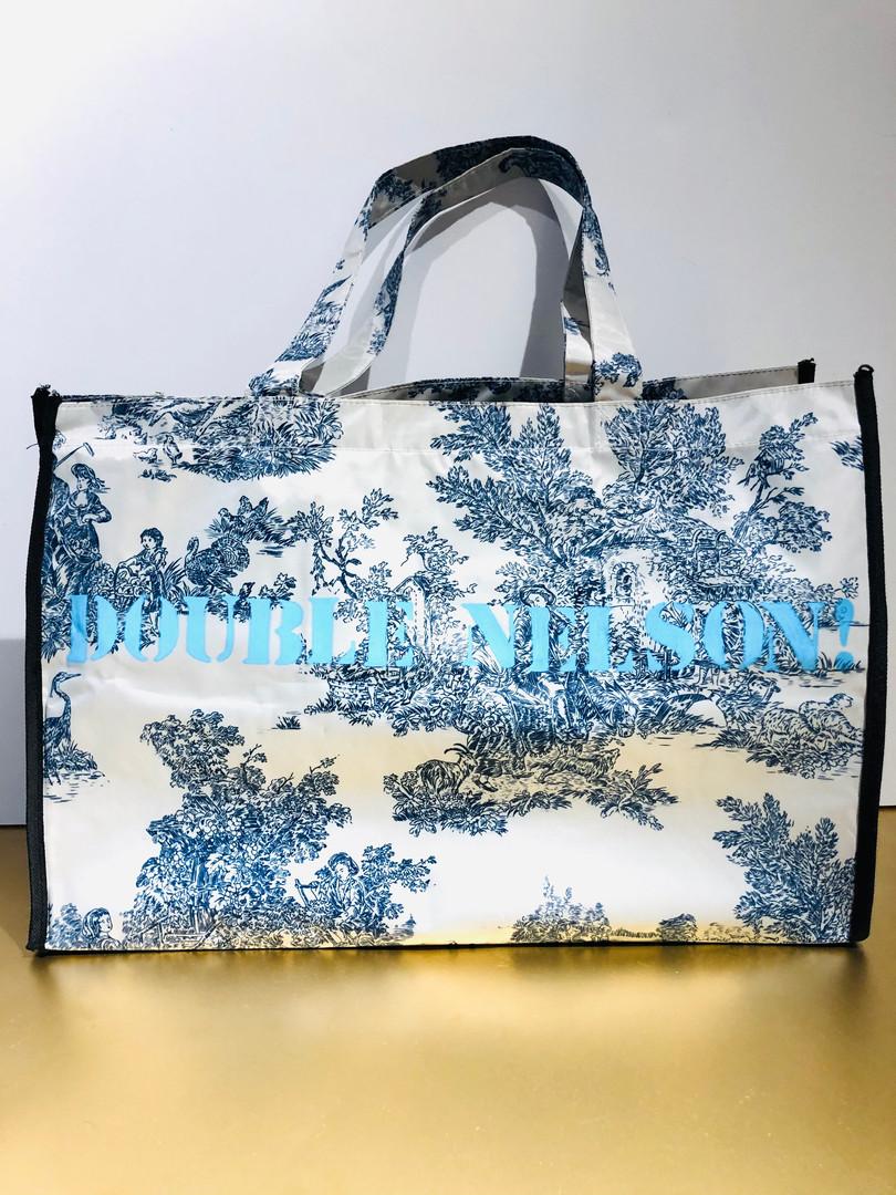 Misterioso JR, Double Nelson! Huile et marqueurs sur sac en toile plastique, motif toile de Jouy. 35/52 cm, Exemplaire unique, signé