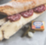 チーズとサラミのサンドイッチ