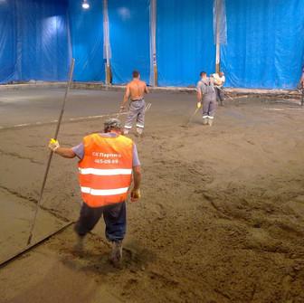Заливка и выравнивание бетона