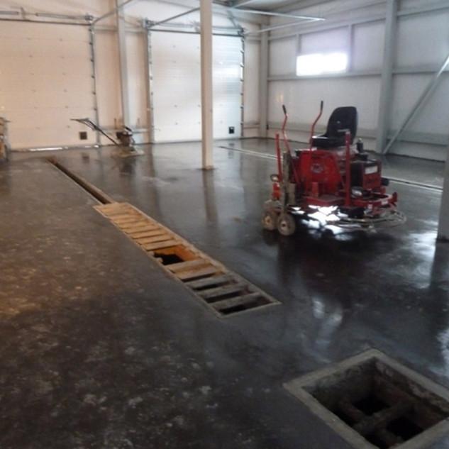 Бетонный пол автомойки с упрочненным верхним слоем готов к работе