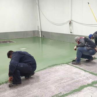 Равномерное нанесение полиуритан-цементного покрытия UCRETEUD 200