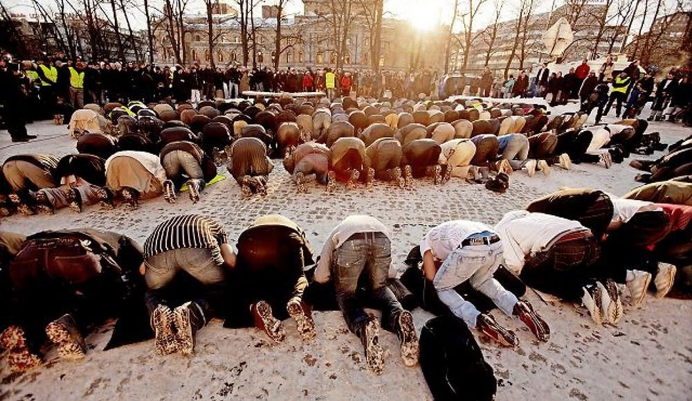 I bønn: Rundt 3000 demonstrantar samla på Universitetsplassen i Oslo i desember, i protest mot Muhammed-teikninga som vart trykt i Dagbladet. Foto: Stian Lysberg Solum/SCANPIX