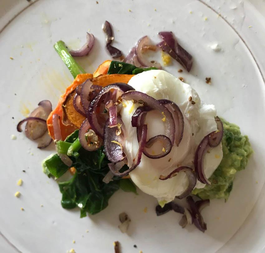 Süßkartoffel mit Avocado und pochiertem Ei