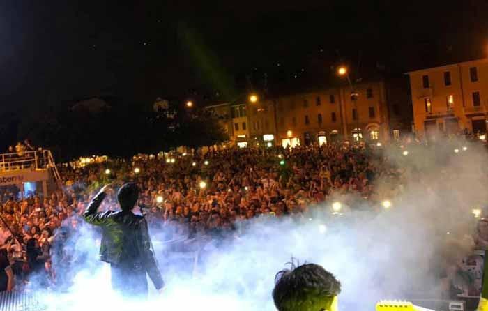 Sono state più di 5mila le persone che hanno riempito piazza Gramsci: il via alle manifestazioni estive della città