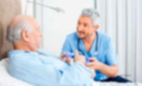 Médico_con_Paciente_en_Cama_Fuente.png