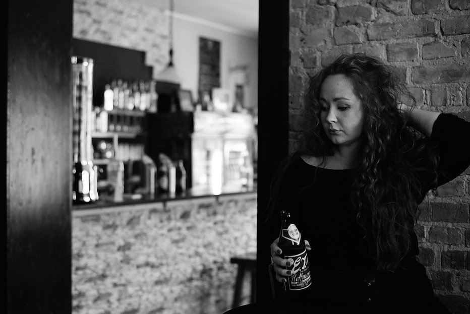Erato into a bar photographed by Anja Schwenke alias PHOTO MOTIF