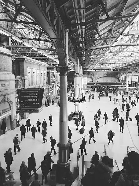 streetphotography London train station photographed by Anja Schwenke alias PHOTO MOTIF