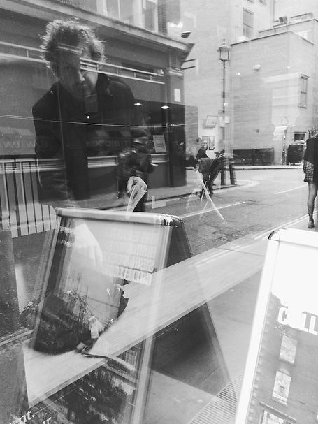 streetphotography London window reflection photographed by Anja Schwenke alias PHOTO MOTIF