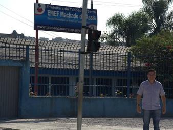 Onishi acompanha pintura de sinalização na Estr. das Olarias em frente a EMEF Machado de Assis.