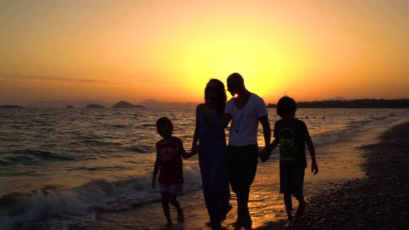 família conversando sobre os filhos na beira da praia