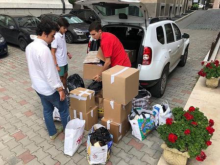 Los voluntarios llevaron la ropa a los pobres