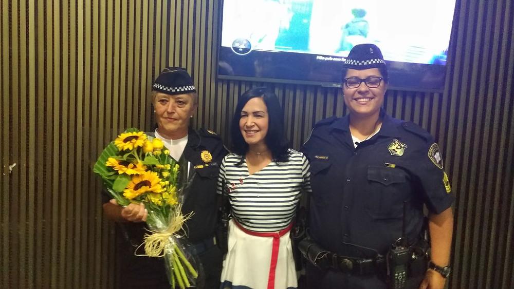 Vereadora homenageando a Guarda Civil Metropolitana através de duas das suas agentes