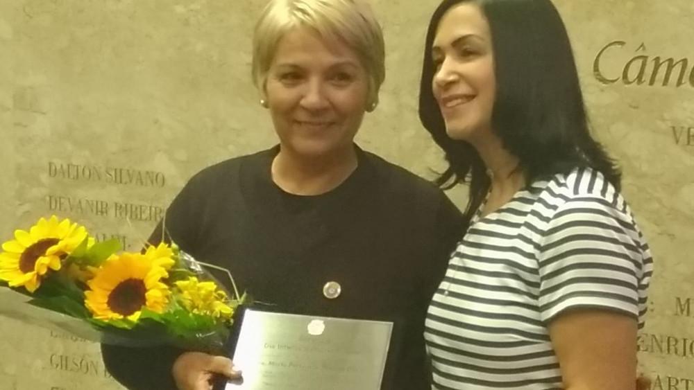 Vereadora Noemi Nonato e sua homenageada Maria Fernanda.