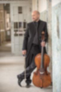 ist einer der vielseitigsten Musiker seiner Generation. Nach Cello- und Kammermusikstudien in Hannover, Madrid, Basel und Köln (u.a. bei FransHelmerson und Reinhard Latzko) gewann er zahlreiche Preise bei nationalen und internationalen Wettbewerben und ist als Solist mit Orchestern und als gefragter Kammermusiker weltweit in Konzertsälen und auf renommierten Festivals zu erleben.