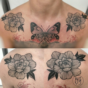 tatouage chest florale et papillon style blackwork