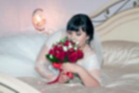 Невеста с букетом в отеле