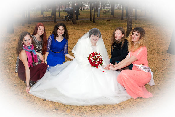 Подруги невесты в парке