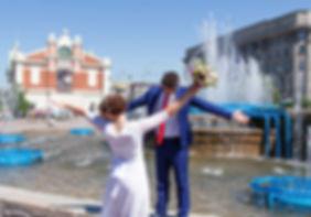 Молодожены у фонтана