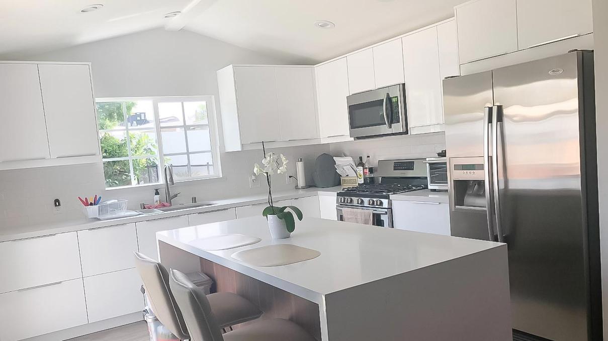 two-tone-kitchen-white-quartz-counter-3.